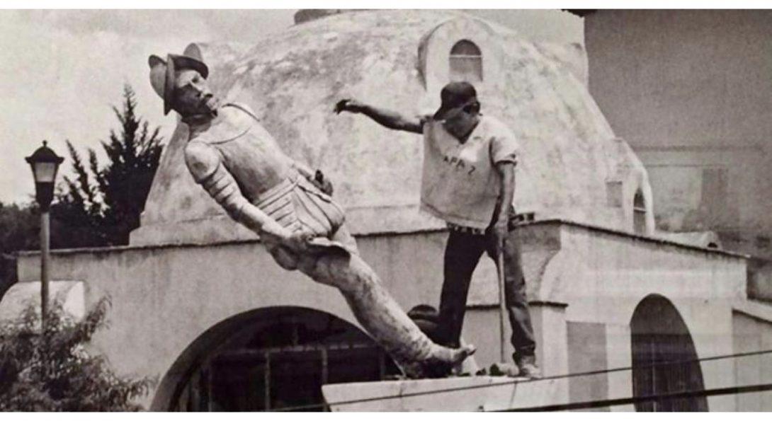 Statue of Spanish conquistador Diego de Mazariegos is toppled in Chiapas, Mexico on October 12, 1992, Image via coloralmexicana